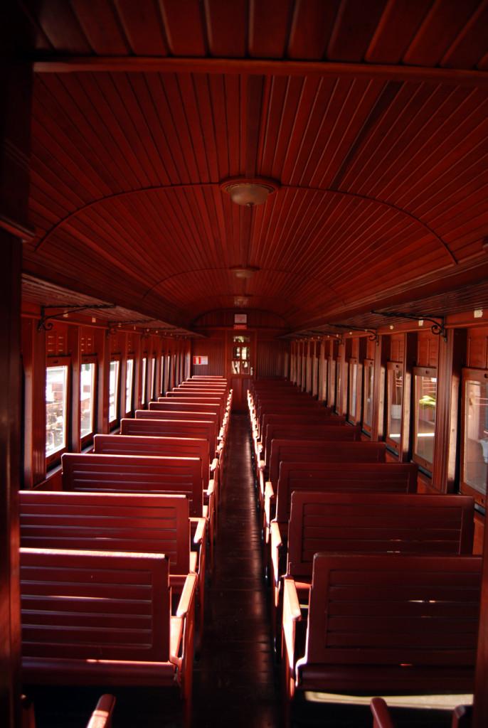 Interior de um dos carros da Classe Turística: bancos de madeira, sem degustação. Entretanto, durante todo o trajeto é possível adquirir das atendentes bebidas e souvenires, como camisetas, bonés, filmes, etc.