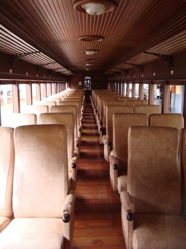 Interior de um dos carros da Classe Especial, com bancos estofados e degustação de produtos locais, como, por exemplo queijos, doces, cachaças e etc